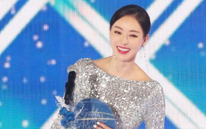 Kenakan Gaun Berkilauan, Lee Da Hee Tampil Cantik Di Golden Disc Awards 2019